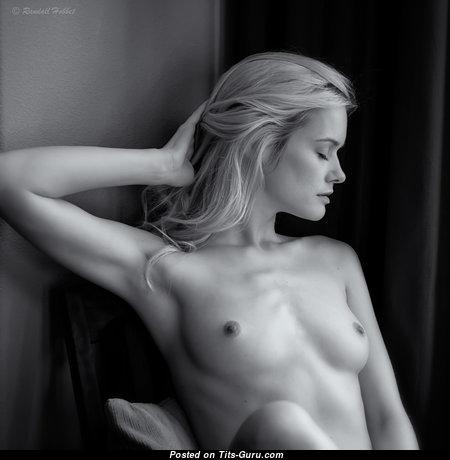 Картинка восхитительной блондинки топлесс с малюсенькой натуральной грудью, большими сосками