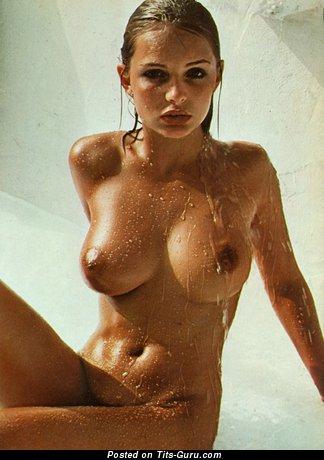 Изображение. Фотография невероятной голой леди с мокрыми дойками