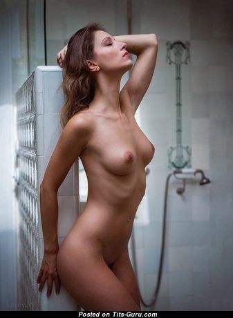 Гламурная и мокрая брюнетка с эффектным обнажённым натуральным бюстом (hd 18+ фотография)
