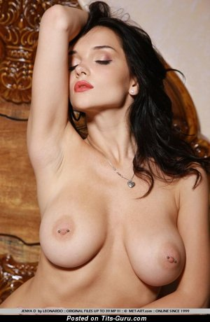 Eugenia Diordiychuk: брюнетка красотка (Украина) с офигенным оголённым натуральным среднего размера бюстом (секс изображение)