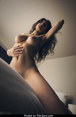 Изображение. Фотография красивой голой чувихи с натуральными дойками