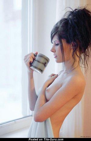 Изображение. Картинка обалденной голой модели с средними натуральными дойками