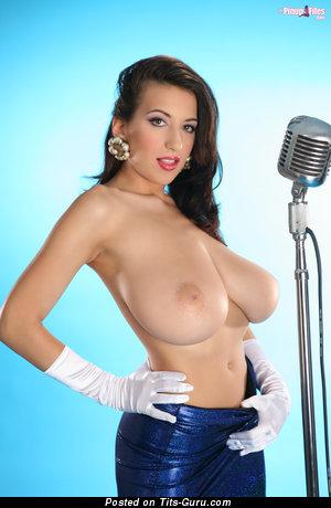 Jana Defi: брюнетка (Чехия) с супер обнажённым натуральным солидным бюстом (hd порно фотка)