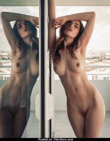 Картинка горячей обнажённой брюнетки с большими сосками