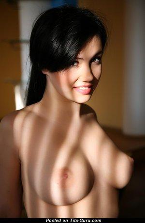 Изображение. Martisha - фотка офигенной голой брюнетки с средней натуральной грудью