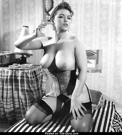 Grand Babe with Grand Bald Real Medium Sized Tits (Vintage Sex Foto)