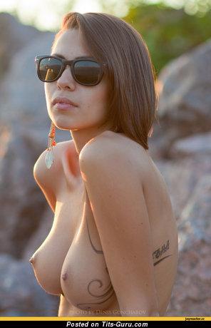 Деваха с невероятным оголённым средним бюстом (ххх фотография)