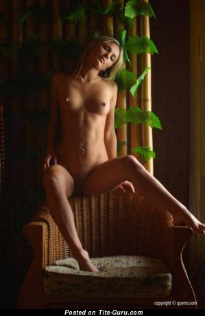 Фото умопомрачительной обнажённой девушки с малюсенькими натуральными дойками
