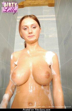 Изображение. Dirty Lilly - фото восхитительной раздетой девахи с мокрыми среднего размера натуральными сисечками