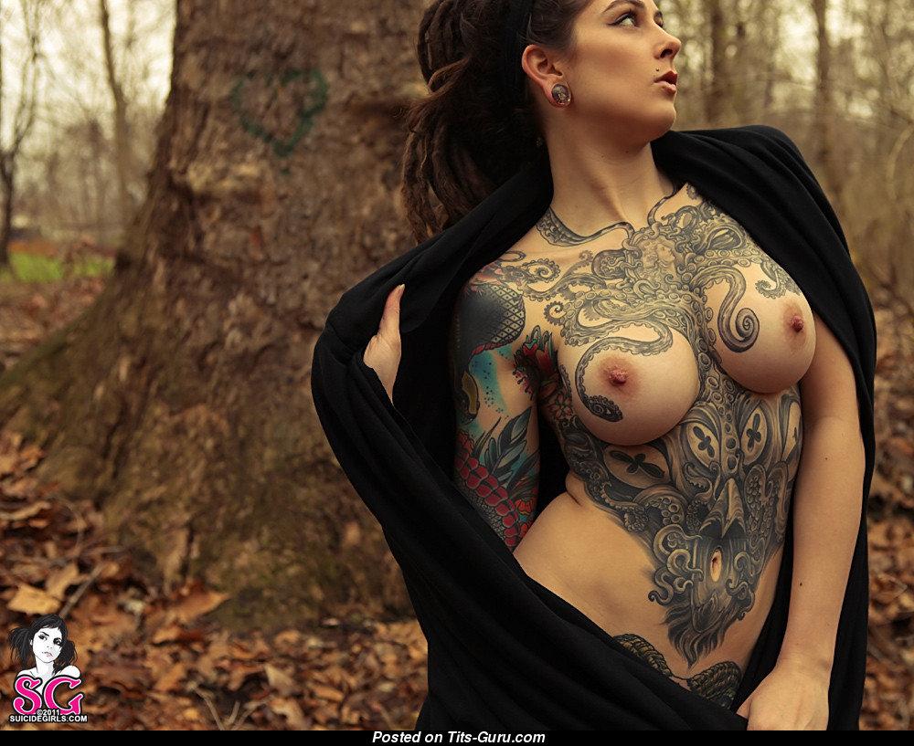 Порно актриса с татуировкой на плече, кончающие вагины фото крупным планом