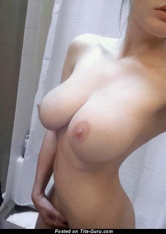 Изображение. Селфи картинка обалденной голой модели с большой натуральной грудью