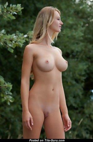 Блондинка с шикарной голой натуральной грудью (18+ изображение)