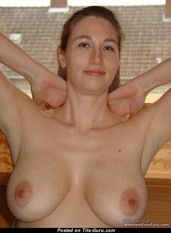 Luu - Superb Japanese Blonde with Superb Naked Natural Normal Boobies (on Public Porn Pic)