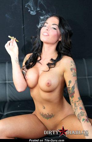 Grand Naked Dame is Smoking (Sex Foto)