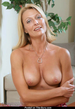 Grand Undressed Blonde Babe with Pointy Nipples (Amateur Selfie Hd Sexual Pix)
