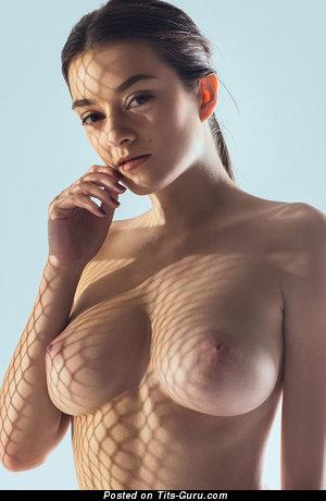 Красотка с эффектным оголённым натуральным среднего размера бюстом (эротическая фотография)