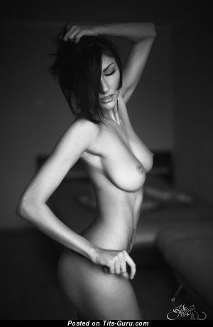 Юлия Андрощук: тёлка (Россия) с классными обнажёнными натуральными среднего размера грудями (hd секс фотка)