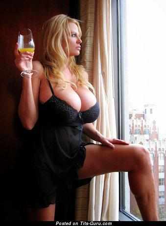 Изображение. Фотография умопомрачительной раздетой женщины