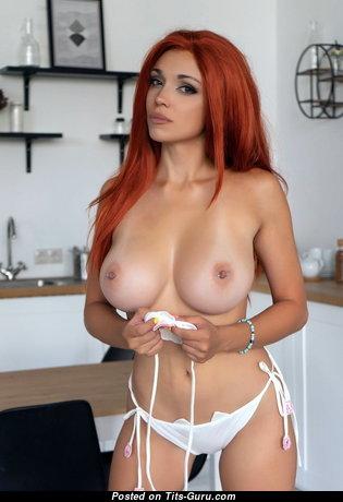 Красотка с сексуальным оголённым натуральным среднего размера бюстом (эро изображение)
