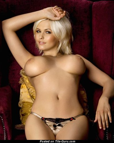 Фотография горячей голой чувихи с среднего размера дойками