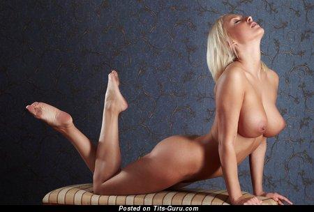 Изображение. Фотография умопомрачительной обнажённой женщины с большими силиконовыми сисечками