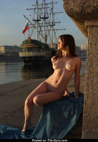 Изображение. Фотка умопомрачительной голой женщины с среднего размера натуральными сиськами