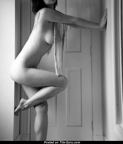 Изображение. Фотка умопомрачительной обнажённой брюнетки с большими натуральными дойками, большими сосками