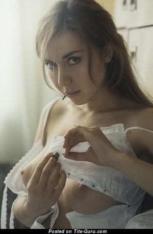 Изображение. Фото шикарной голой девушки с среднего размера натуральными сисечками