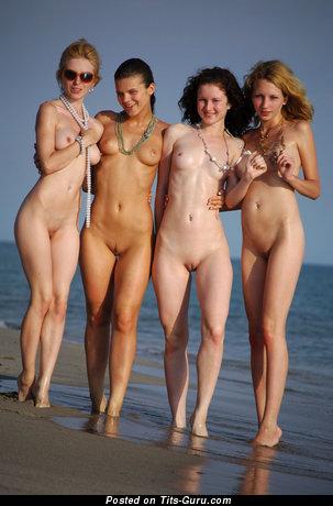 Изображение. Картинка горячей раздетой леди с среднего размера натуральными дойками