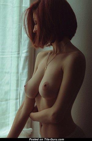 Красотка с шикарными обнажёнными натуральными средними грудями (ню картинка)