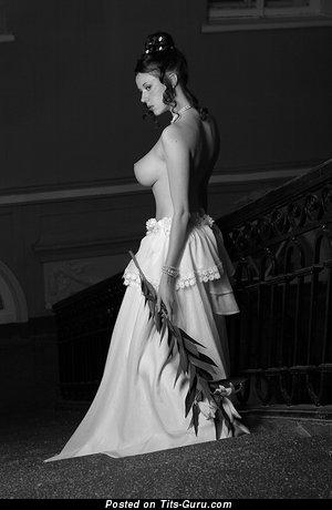 Таня Клюквина: брюнетка красотка с эффектными голыми натуральными среднего размера сисями и большими сосками (секс фотография)