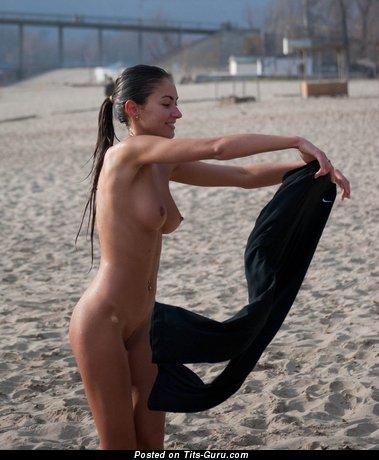 Брюнетка с сексуальными голыми натуральными символическими сисечками (секс изображение)