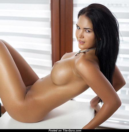 Пленительная нагая красотка с большими сосками (порно изображение)