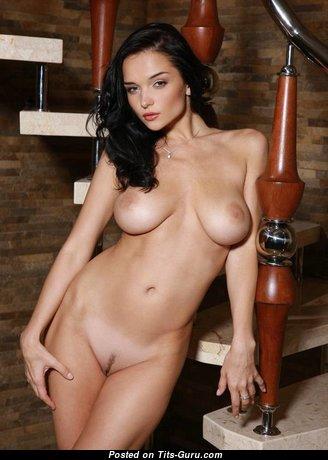 Eugenia Diordiychuk: топлесс брюнетка красотка (Украина) с эффектной обнажённой натуральной среднего размера грудью (эро фото)