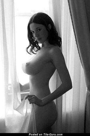 Изображение. Картинка невероятной раздетой девушки с среднего размера натуральной грудью