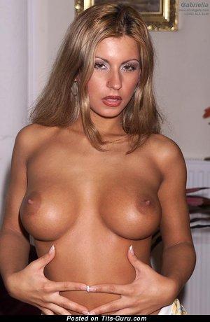 Изображение. Gabriella - фото красивой обнажённой блондинки с среднего размера натуральными сисечками