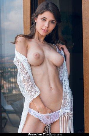 Mila Azul - фотография красивой обнажённой брюнетки с среднего размера натуральной грудью