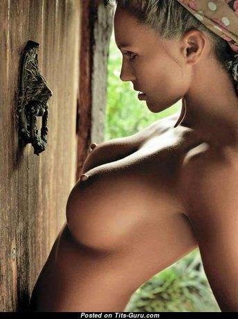 Wonderful Naked Brunette (Porn Pic)
