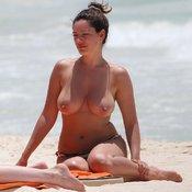 сиськи фото: натуральная грудь, большие сиськи, топлесс, песок, аппетитная, море, hd, загорает, пляж