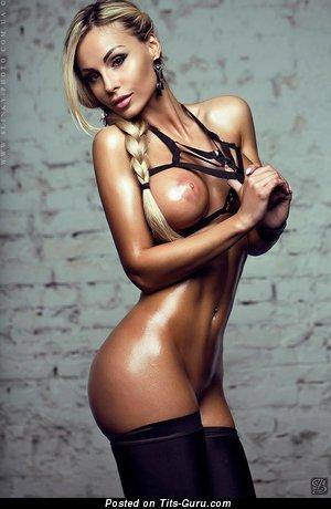 Изображение. Фото сексуальной раздетой блондинки с среднего размера сисечками