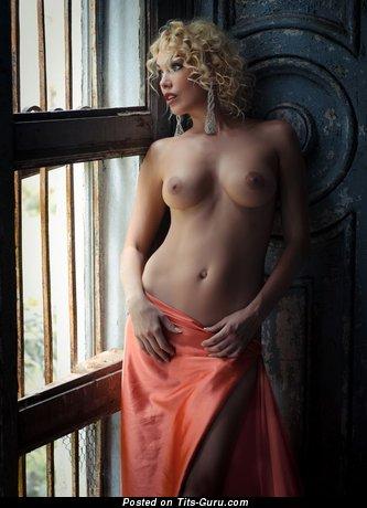 Изображение. Фотография невероятной раздетой девахи с натуральными сиськами