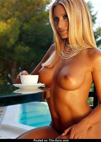 Фото невероятной голой блондинки с среднего размера дойками