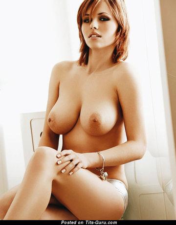 Iga Wyrwal: красотка (Польша) с супер голым натуральным среднего размера бюстом (порно фотка)