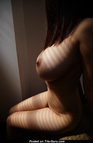 Эффектная неодетая гламурная девушка с огромными сосками (эротическая фотка)