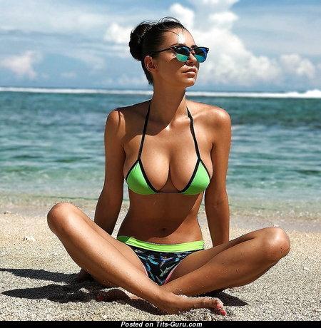 Одетая красотка с горячей натуральной средней грудью (эро фото)