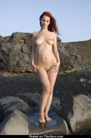 Ariel: красивая непрекрытая рыжая красотка с длинными сосками (порно картинка)