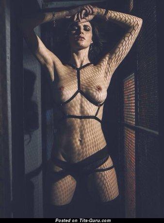Изображение. Фото сексуальной раздетой леди с средними натуральными дойками