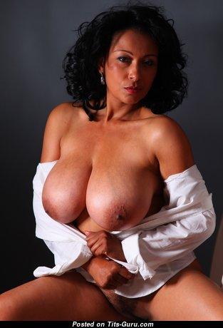 Danica Collins: рыжая красотка с обалденными оголёнными крупными титьками (hd эротическое изображение)