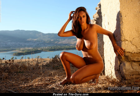 Ela Savanas - фотка сексуальной голой модели с средней натуральной грудью