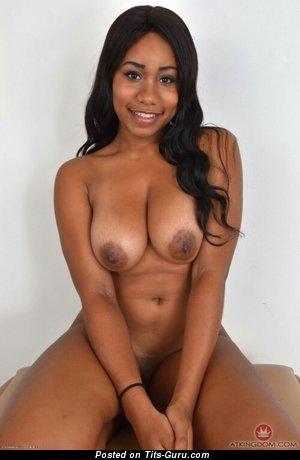 Изображение. Фотка сексуальной голой брюнетки негритянки с средними сиськами, большими сосками